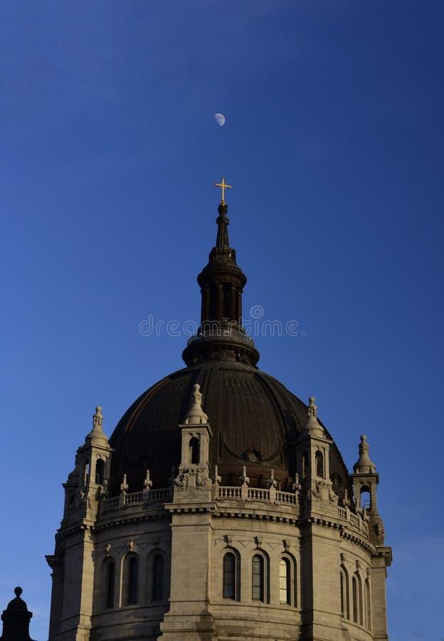Lune au-dessus de la cathédrale de St Paul Dome photos libres de droits