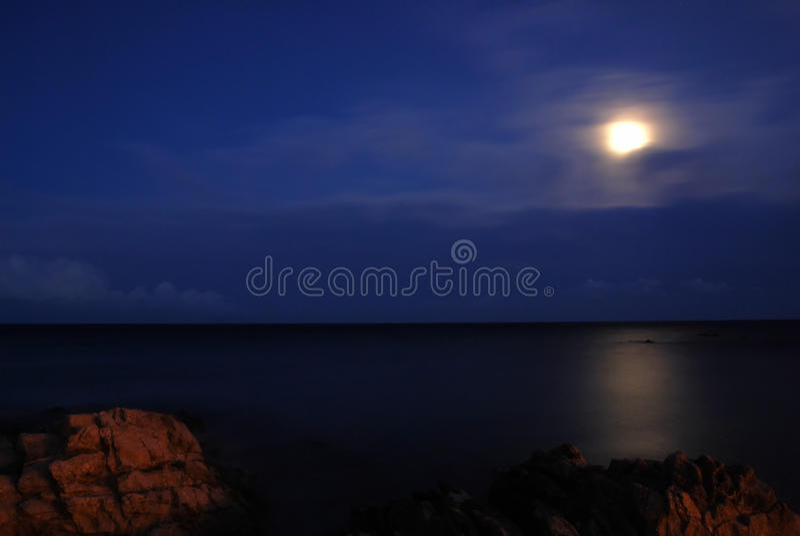Lune au-dessus de la mer photo stock
