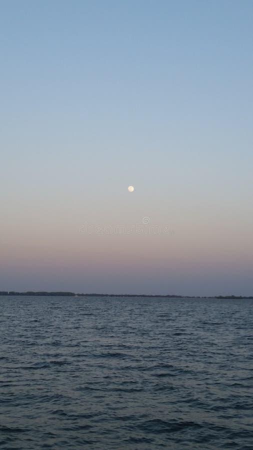 Lune au-dessus de lac image libre de droits