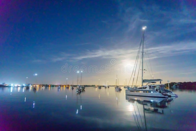 Lune au-dessus de Marsh Harbour images libres de droits