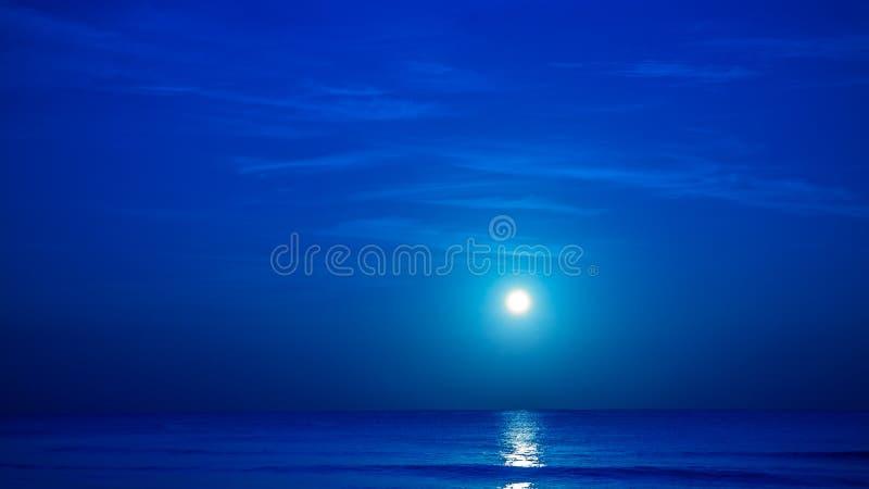 Lune au-dessus de mer des Caraïbes photographie stock