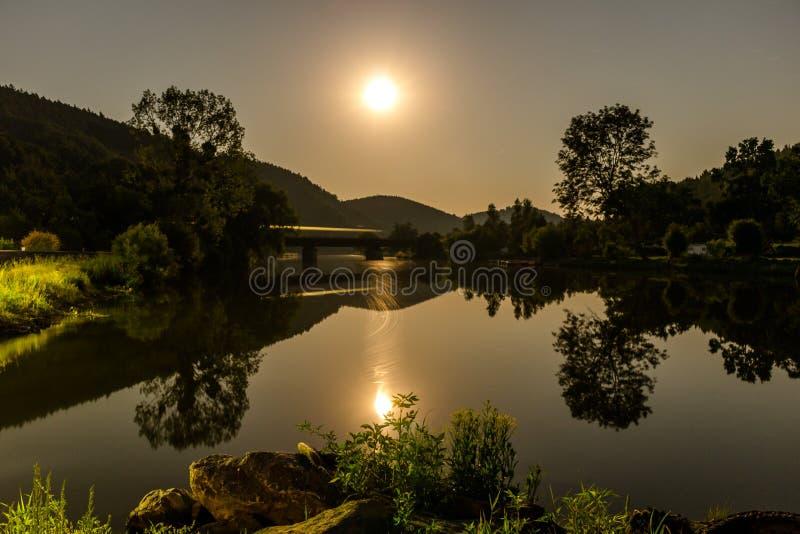Lune au-dessus de passerelle images libres de droits