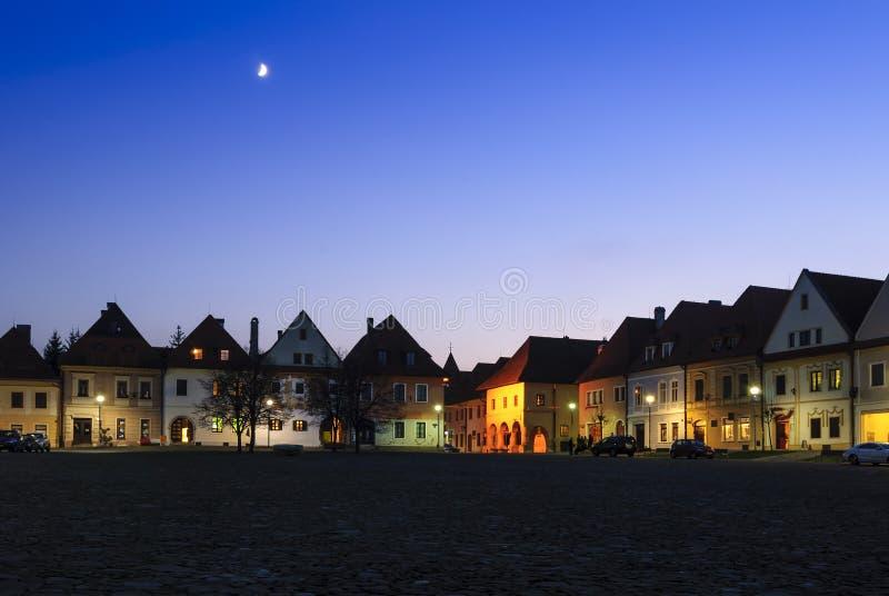 Lune au-dessus de vieille ville dans Bardejov images stock