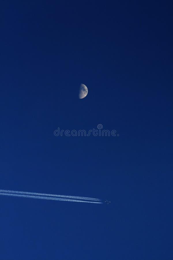 Lune avec l'avion photo stock
