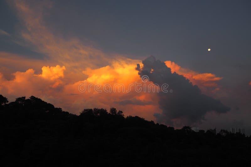 Lune avec le lever de soleil image stock