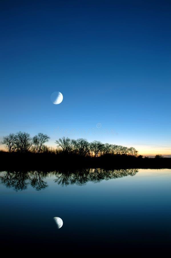 Lune bleue au-dessus de Slough blanc photographie stock libre de droits