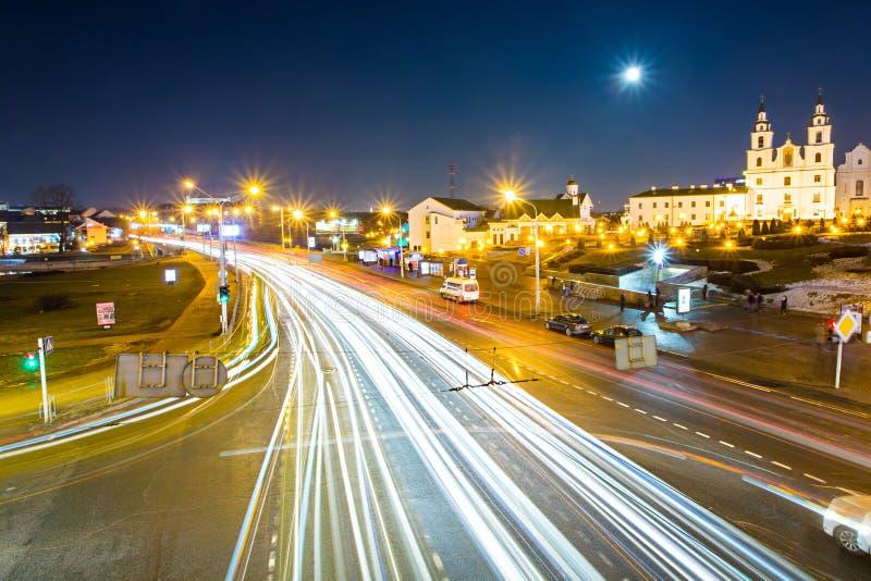 Lune brillant au-dessus des rues capitales de Minsk, longue exposition photo stock