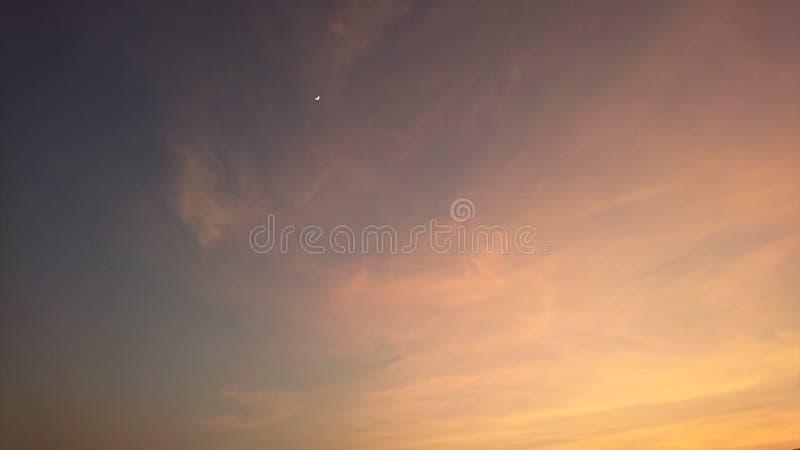 Lune dans le temps crépusculaire photos libres de droits