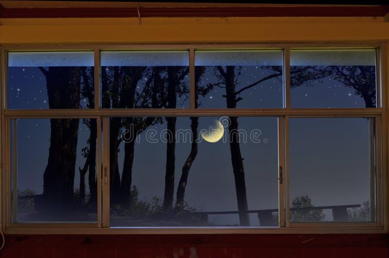 Lune de affaiblissement avec des étoiles dans la vue de fenêtre images libres de droits