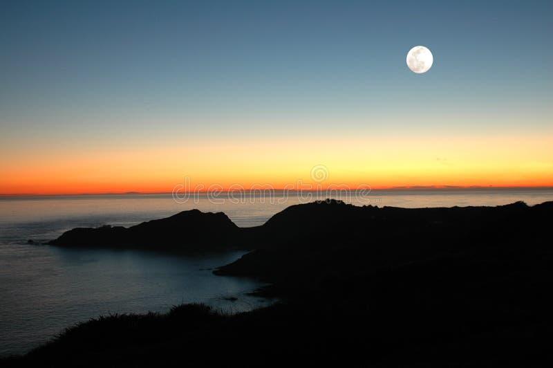 Lune de coucher du soleil images stock
