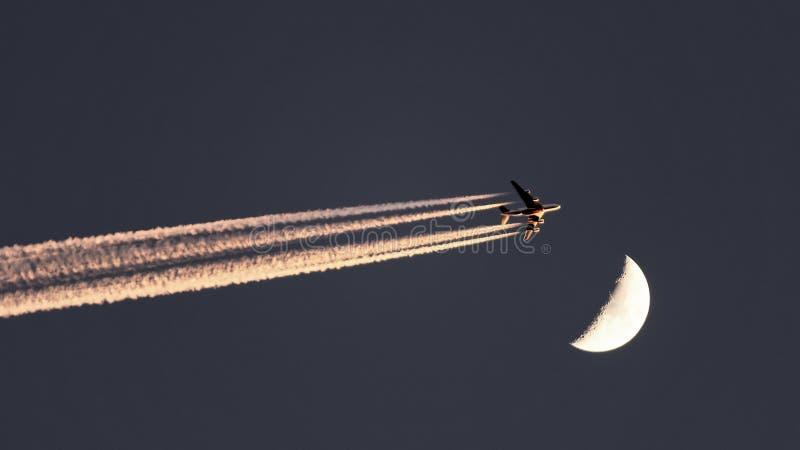 Lune de dépassement plate d'émirats sur le ciel images libres de droits