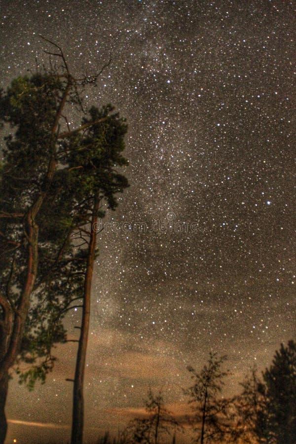 Lune de lac de nuit de ciel nouvelle milkway photographie stock