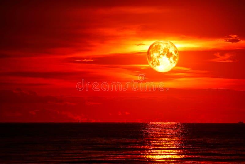 lune de plein sang sur le dernier nuage rouge-clair de silhouette de ciel de mer et d'océan photos stock