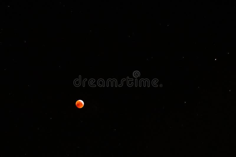 Lune de sang entourée par des étoiles capturées sur la 21ème de janvier 2019 image stock