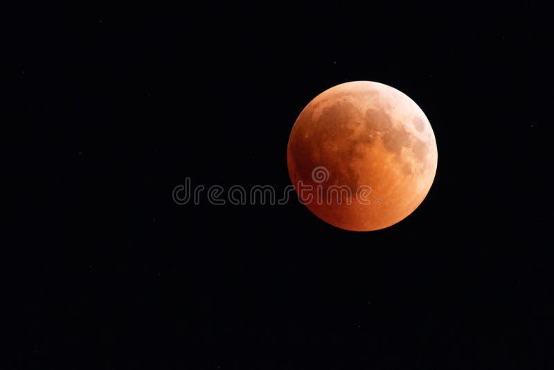 Lune de sang pendant l'éclipse lunaire le 27 juillet 2018 photographie stock libre de droits