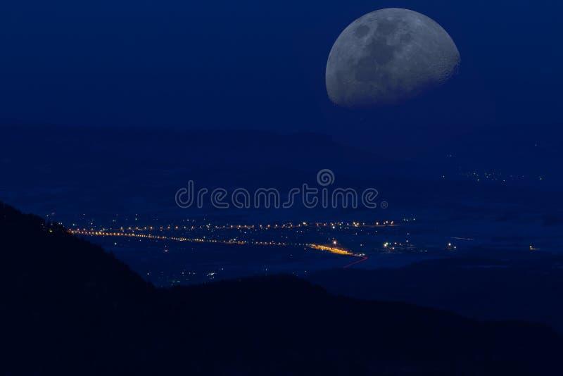 Lune de vallée de nuit de montagnes photographie stock libre de droits