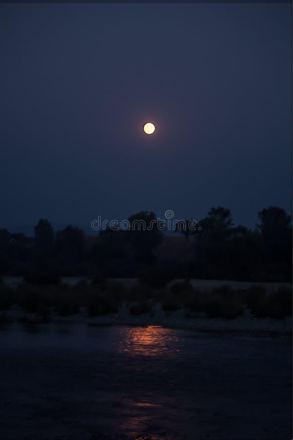 Lune du feu au-dessus de rivière de Yuba photos libres de droits