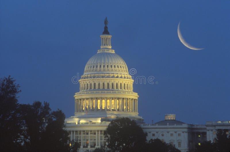 Lune en croissant au-dessus de capitol des États-Unis images stock