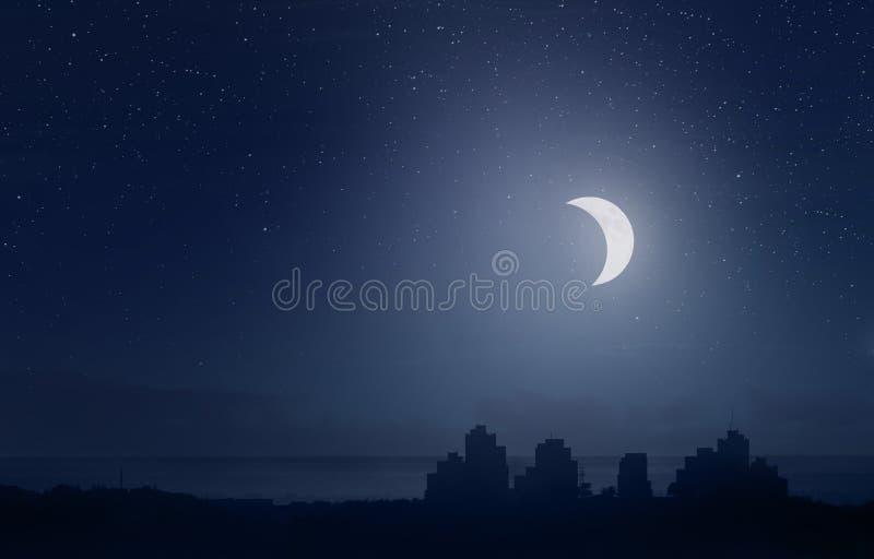 Lune en croissant au-dessus de la ville illustration libre de droits