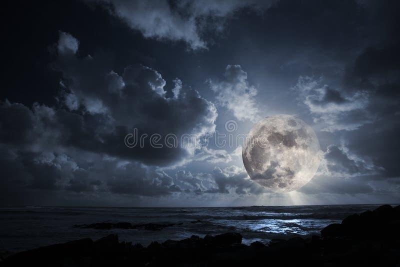 Lune en hausse dans l'océan photographie stock