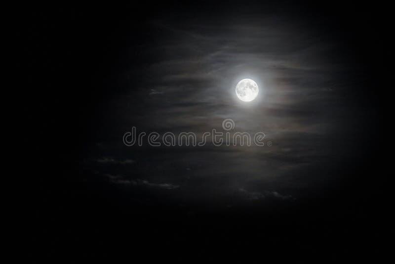 Lune en nuages photographie stock