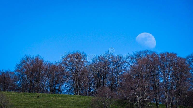 Lune en plein jour, vue de Bulgarie photographie stock