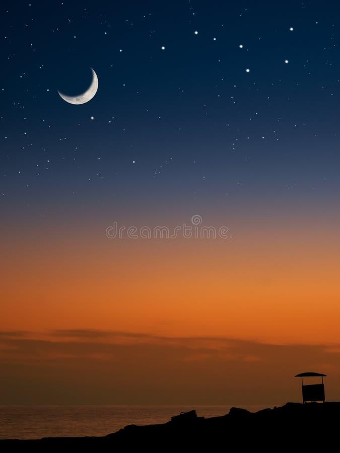 Lune et les étoiles sur la plage photos libres de droits
