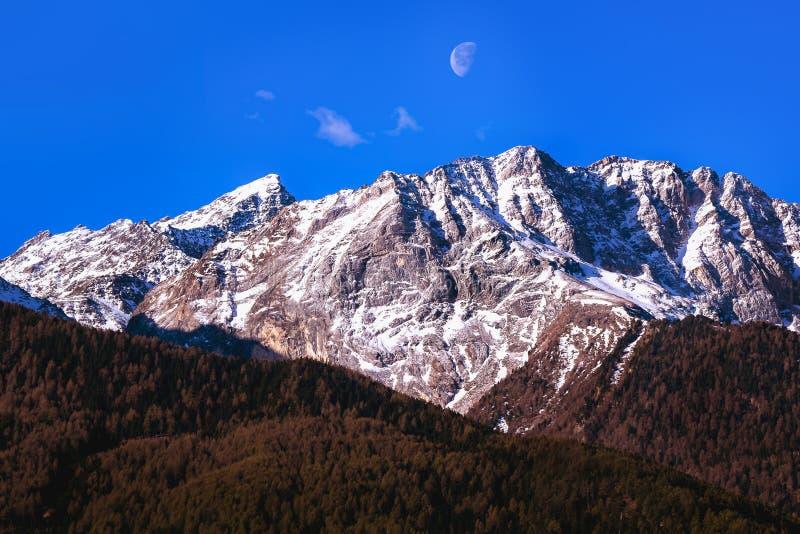 Lune et montagnes photographie stock
