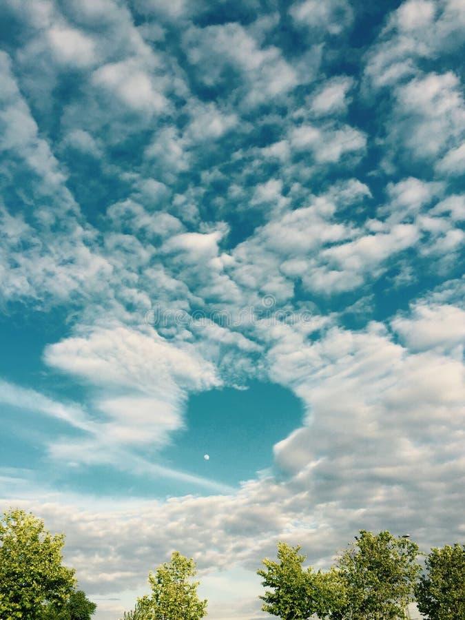 Lune et nuages photos stock