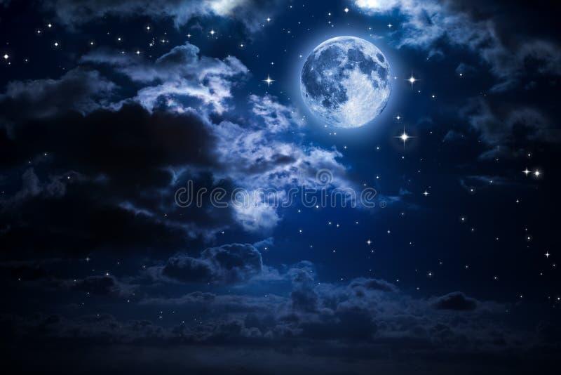 Lune et nuages pendant la nuit photographie stock libre de droits