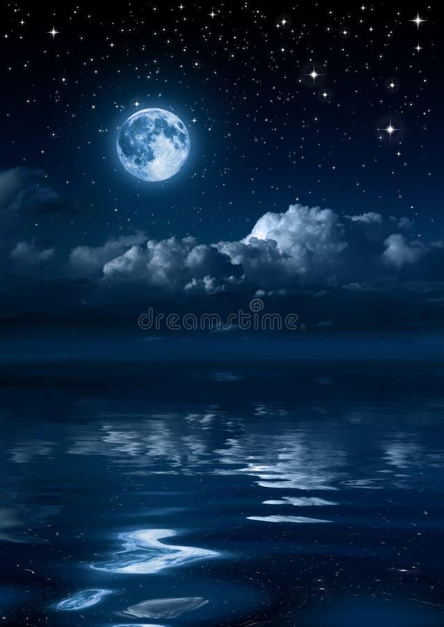Lune et nuages pendant la nuit image libre de droits