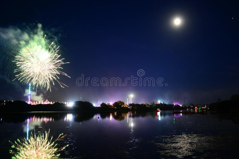 Lune, feux d'artifice et amusement à l'île du festival de Wight photos stock