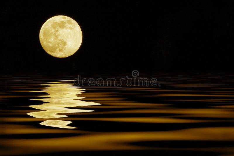 Lune jaune au-dessus de mer photographie stock libre de droits