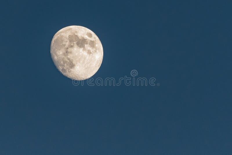 Lune lumineuse au crépuscule photos stock