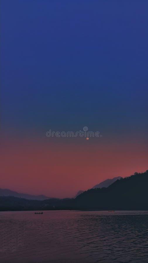 lune Népal de coucher du soleil begnastaal photos stock