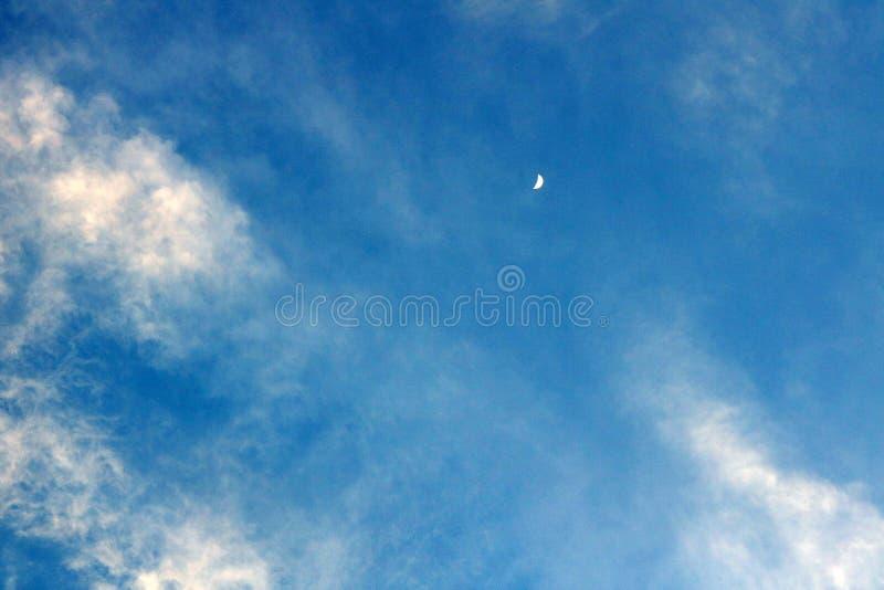 Lune pendant le jour image stock