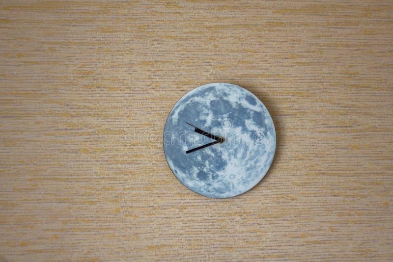 Lune ronde d'horloge avec l'ombre sur le mur gris jaune image libre de droits