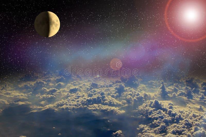 Lune rougeoyant dans l'espace ouvert au-dessus des nuages de la terre horizontal cosmique image stock