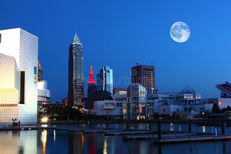 Lune se levant au-dessus de Cleveland, Ohio photos stock