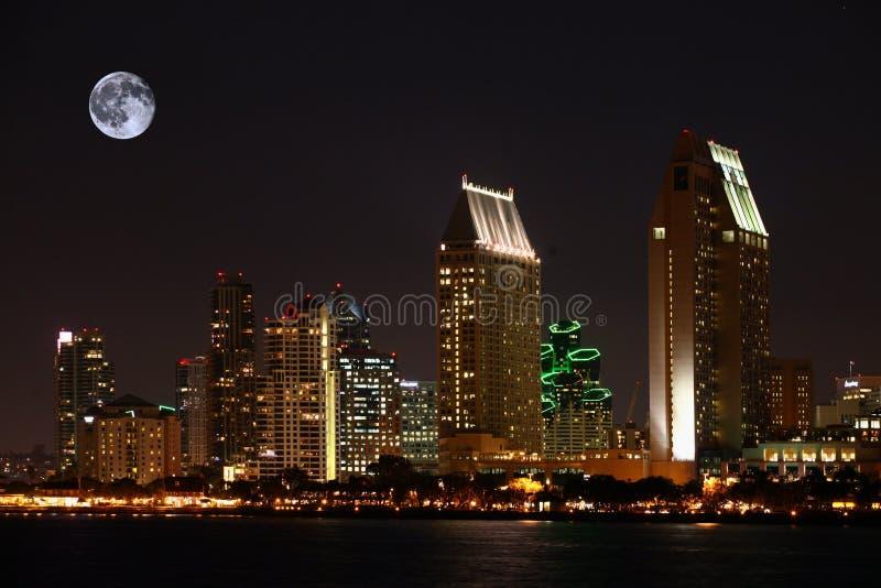 Lune se levant au-dessus de San Diego, la Californie image libre de droits