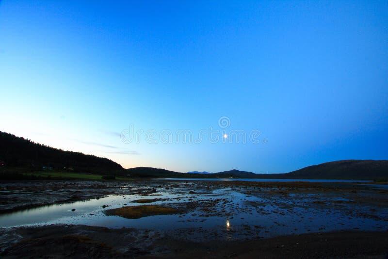 Lune se levant dans le lofoten photographie stock libre de droits