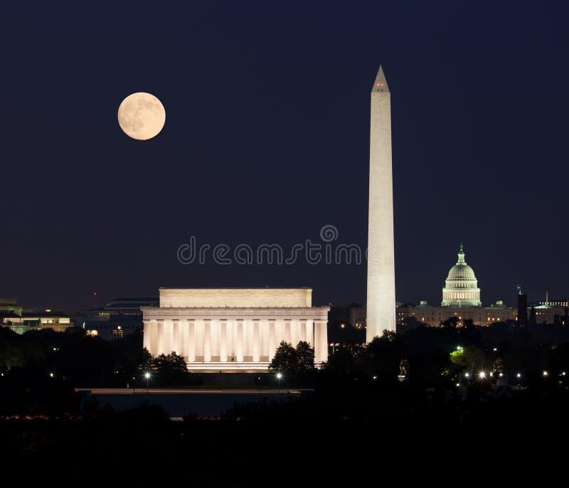 Lune se levant dans le Washington DC images stock