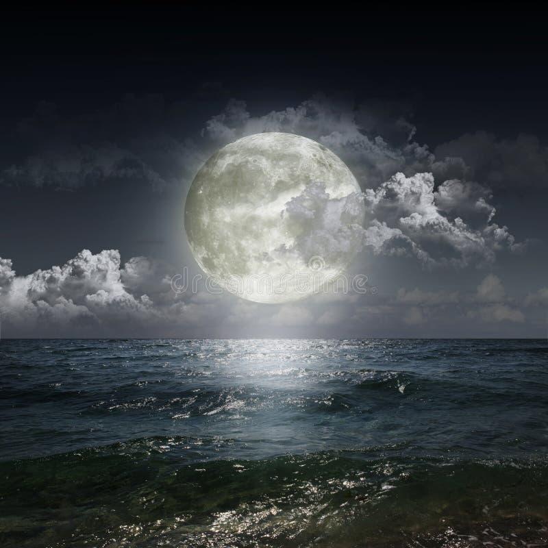 Lune se reflétant dans un lac photo libre de droits