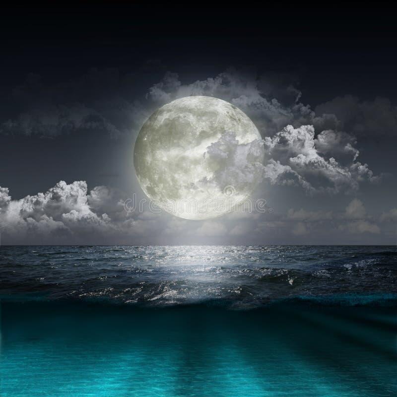 Lune se reflétant dans un lac image stock