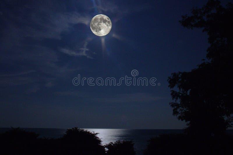 Lune superbe au-dessus du lac Ontario images libres de droits