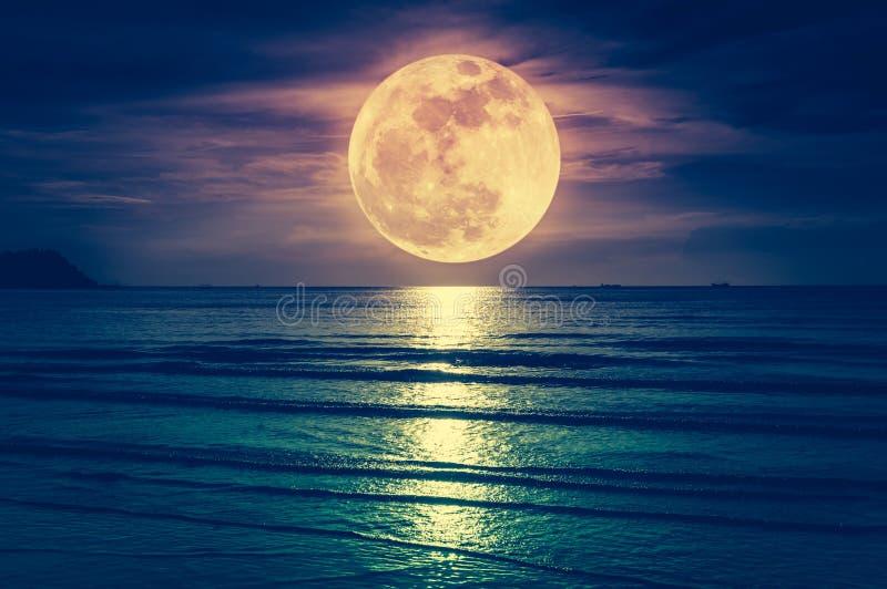 Lune superbe Ciel coloré avec le nuage et la pleine lune lumineuse au-dessus du Se photographie stock