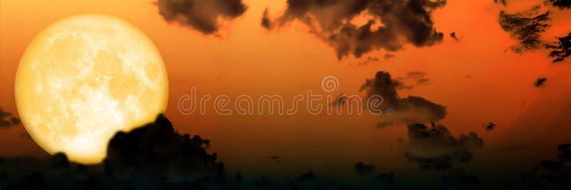Lune superbe de ciel foncé de nuage de tache floue de panorama photos stock