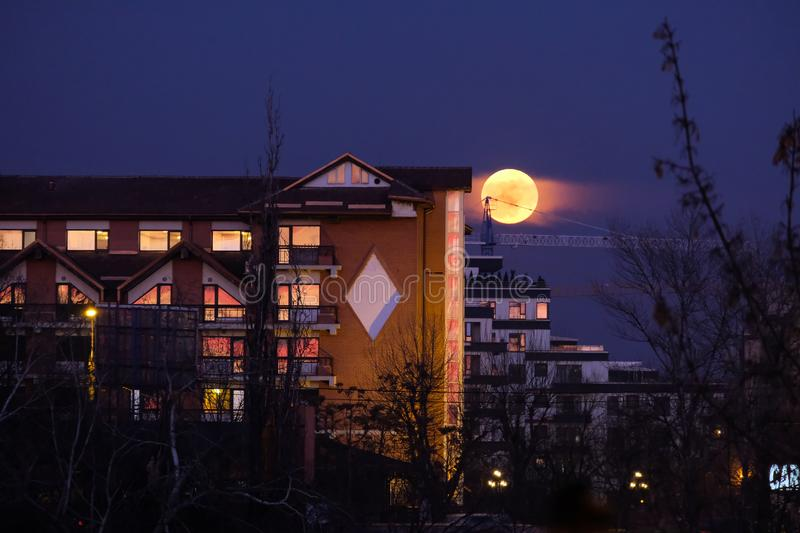 Lune superbe de sang bleu se levant près de l'hôtel Caro à Bucarest photo libre de droits