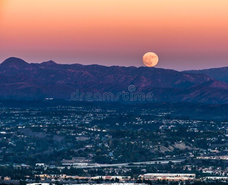 Lune superbe se levant dans le Comté d'Orange photo libre de droits