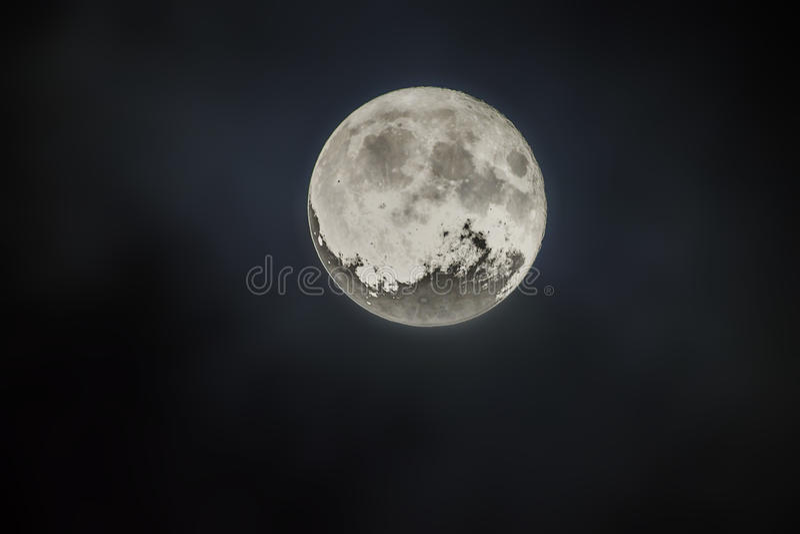 Lune superbe sur le ciel nocturne images stock